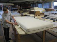 Matratzenbezug in der Bearbeitung